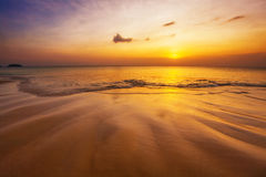 Tropisk strand på solnedgången. Royaltyfri Fotografi