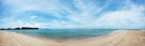 Tropisk strandpanorama med blå himmel och moln i sommarseaso Royaltyfri Foto