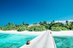 Tropisk strandpanorama på Maldiverna arkivfoto
