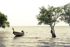 Tropisk strandsikt i tappningstil Havlandskap med thailändskt Arkivbilder
