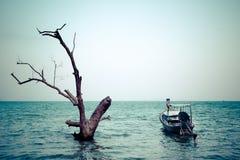 Tropisk strandsikt i tappningstil Havlandskap med thailändskt Royaltyfri Foto