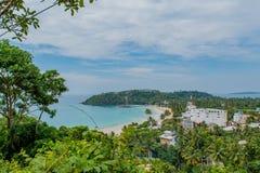 Tropisk strandsikt uppifrån av berget Arkivfoto