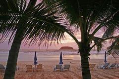 tropisk strandsolnedgång Royaltyfri Fotografi
