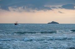 Tropisk strandsolnedgång, romantisk flykt Arkivbild