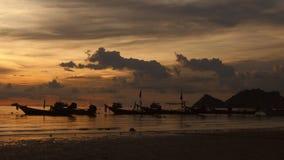 tropisk strandsoluppgång konturer av fartyg och folk, sand och hav stock video