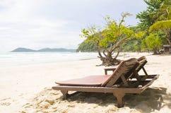 tropisk strandstol Royaltyfri Bild