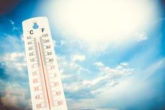 Tropisk temperatur som mätas på en utomhus- termometer, global värmebölja Fotografering för Bildbyråer