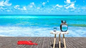 Tropisk tillflyktsortavkoppling för solig dag, havvatten för blå gräsplan, träpir och blå himmel arkivfoto