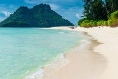 Tropisk tom strand med vitt sand- och turkosvatten, Poda I royaltyfri fotografi