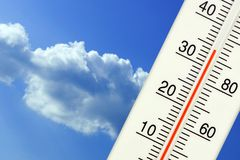 Tropisk utomhus- temperatur på termometern Arkivfoton