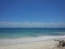 Tropisk Vaction plats av kust av havskusten med det lilla fartyget Royaltyfri Bild