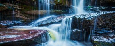 Tropisk vattenfall i djungelpanorama arkivfoto