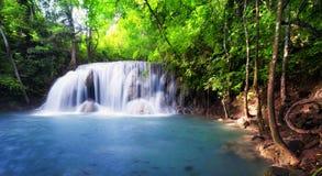Tropisk vattenfall i Thailand, naturfotografi Royaltyfri Fotografi