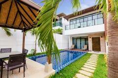 Tropisk villa med en pöl Royaltyfri Bild