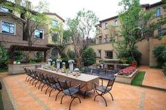Tropisk villa med trädgården Royaltyfria Foton