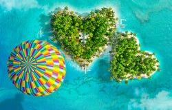 Tropiska öar i form av två hjärtor och att flyga ballongen för varm luft royaltyfri illustrationer