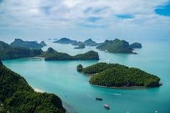 Tropiska öar på den Angthong medborgaren Marine Park i Thailand arkivbild