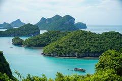 Tropiska öar på den Angthong medborgaren Marine Park i Thailand royaltyfri foto