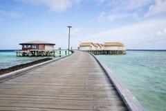 Tropiska bungalower för härlig Maldiverna ö arkivbild