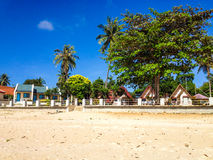 Tropiska bungalower på stranden arkivbilder