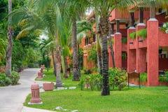 Tropiska byggnader för semesterorthotell som färgas i rött Royaltyfria Bilder