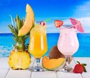 Tropiska coctailar med nya frukter Arkivbilder