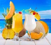 Tropiska coctailar med nya frukter Royaltyfri Foto