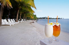 Tropiska coctailar tjänade som utomhus- i den Aitutaki lagunkocken Island Royaltyfri Fotografi