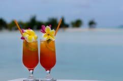 Tropiska coctailar tjänade som utomhus- i den Aitutaki lagunkocken Island Royaltyfria Foton