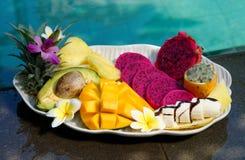 Tropiska exotiska frukter på en plätera Arkivfoto