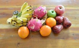 Tropiska frukter för variation på trätabellen Fotografering för Bildbyråer