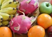 Tropiska frukter för variation på trätabellen Arkivfoton