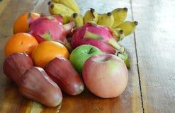 Tropiska frukter för variation på trätabellen Arkivbild