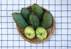 Tropiska frukter i korgen Arkivfoto