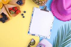 Tropiska frukter och bär på en guling- och blåttbakgrund Tillbehör för ferier och avkoppling Vitt bräde med ett krabbt Arkivfoton