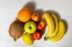 Tropiska frukter på den vita trätabellen Fotografering för Bildbyråer
