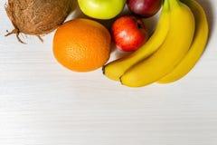 Tropiska frukter på den vita trätabellen Arkivfoton
