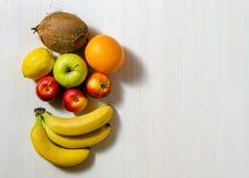Tropiska frukter på den vita trätabellen Arkivfoto