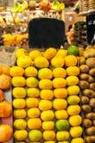 Tropiska frukter på en marknad Royaltyfria Bilder
