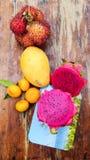 Tropiska frukter på ett bräde Royaltyfria Bilder