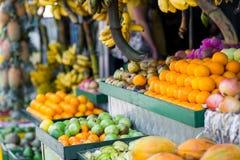Tropiska frukter på marknad Arkivfoto