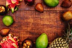 Tropiska frukter p? tr?bakgrund royaltyfri foto