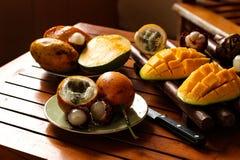 Tropiska frukter: passionfrukt, rambutan och mango royaltyfria foton