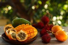 Tropiska frukter: passionfrukt, rambutan och mango arkivfoto