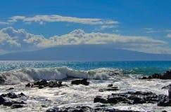 Tropiska havvågor som plaskar på lava, vaggar shoreline Arkivfoto