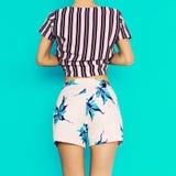 Tropiska kläder för sommar fashion ladyen strandstil Arkivbilder