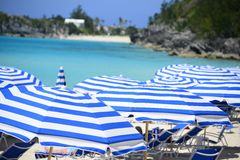 Tropiska paraplyer på en strand Royaltyfria Bilder
