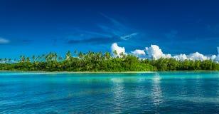 Tropiska Rarotonga med palmträd och den sandiga stranden, kock Islands Fotografering för Bildbyråer