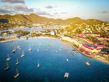Tropiska semesterorter som byggs på kustlinjen i St Martin Royaltyfri Foto