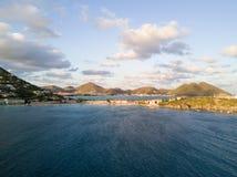 Tropiska semesterorter som byggs på kustlinjen i St Martin Royaltyfria Bilder